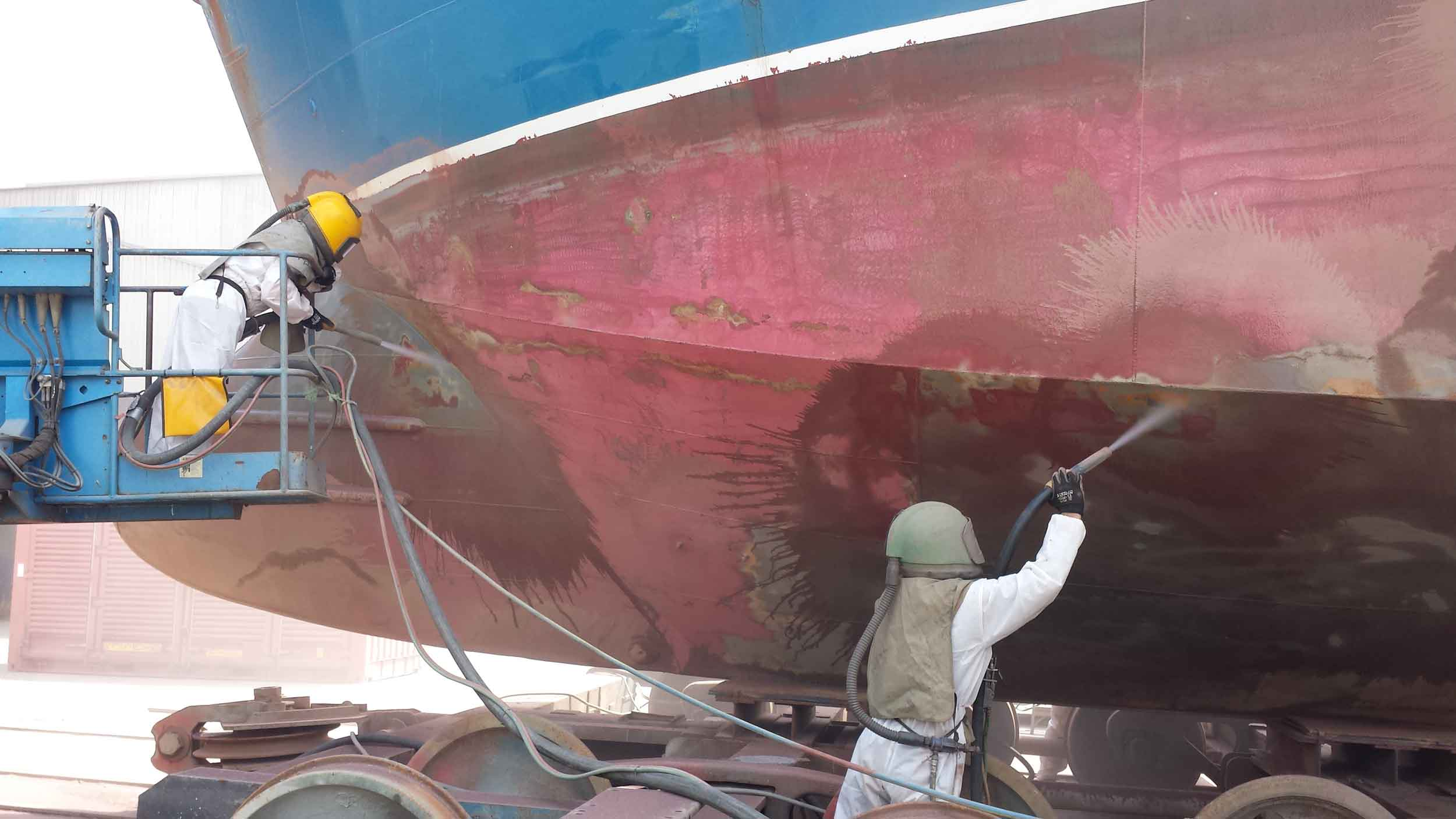 Wet grit blasting for ships of all sizes